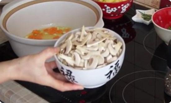 крупно режем грибы