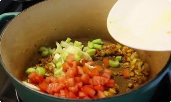 добавляем сельдерей, картофель, помидор