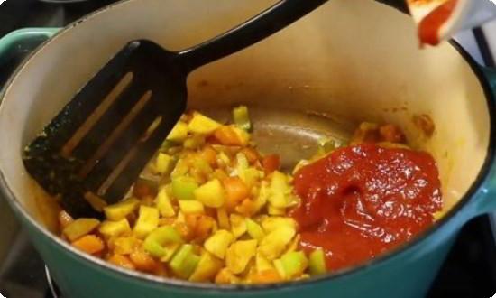 добавляем томатную пасту, морковь