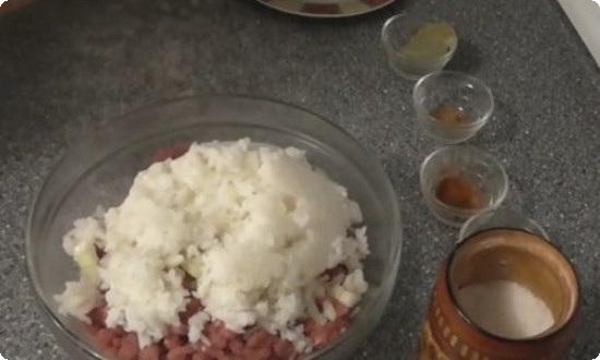 смешиваем фарш с рисом