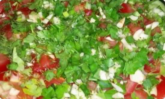 сверху голубцов кладем нарезанные овощи