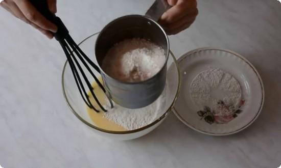 добавляем муку, делаем тесто