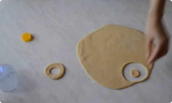 вырезаем форму пончиков