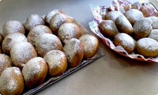 готовые пончики посыпаем сахарной пудрой