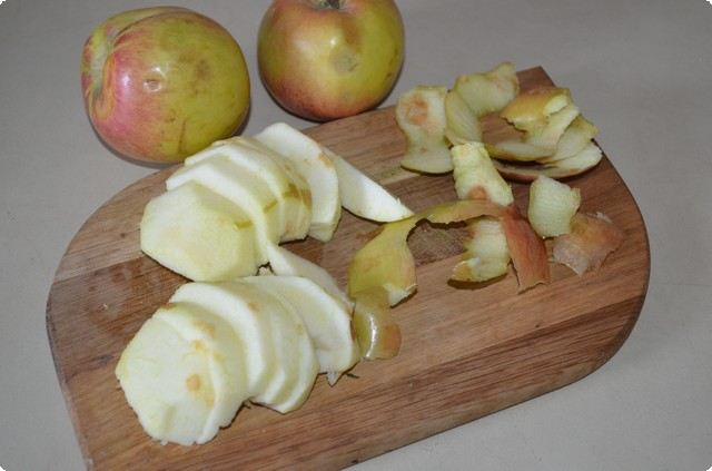 очищаем и нарезаем яблоки