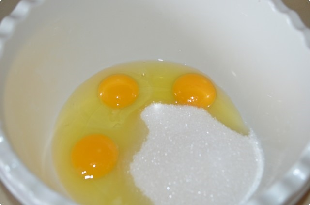 Яйца разбиваем и выливаем в миску