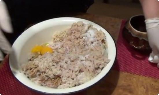 добавляем яйцо, соль, перец