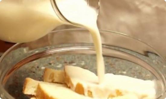 В молоке замачиваем булку