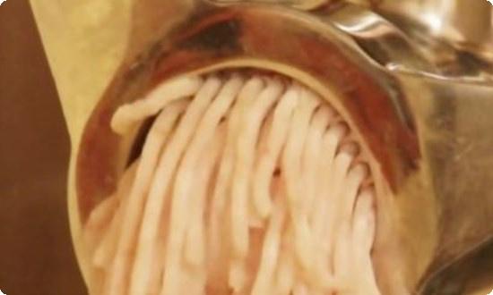 филе щуки пропускаем через мясорубку