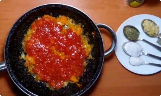 добавляем томатный сок