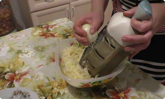 Натрем на терке картофель, к нему натрем луковицу