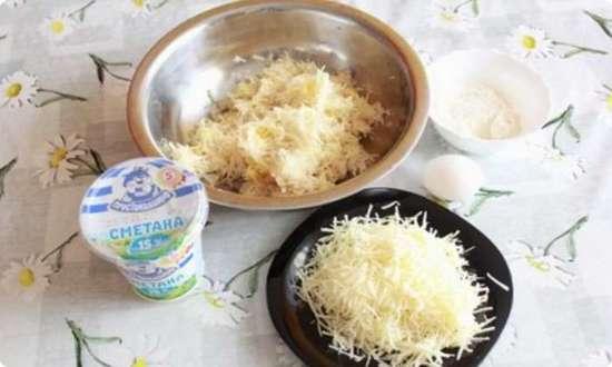 на мелкой терке натираем картофель и сыр