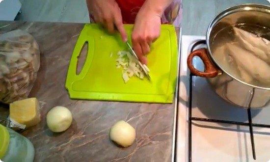 отварим курицу, нарежем мелко лук