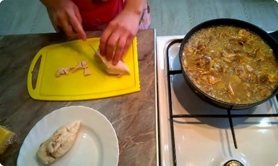 выпариваем воду из грибов, нарезаем курицу