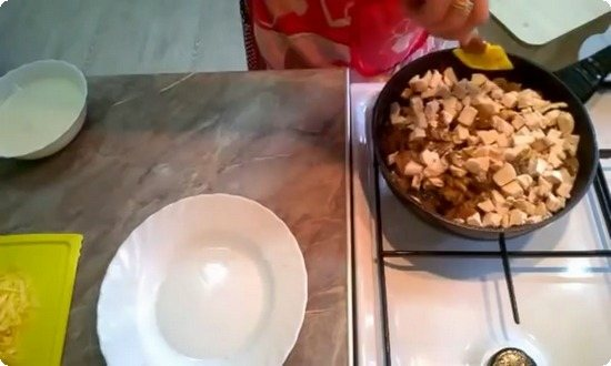 добавляем курицу в сковороду