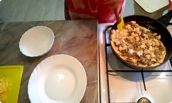 Вольем в сковороду сливки, потушим начинку под крышкой