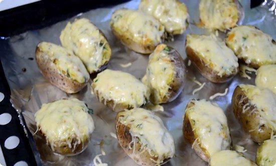 Картофель уложим на фольгу и отправим в духовку