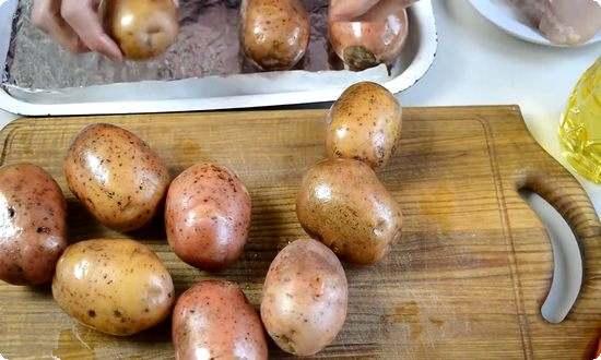 отправим в духовку мытый картофель