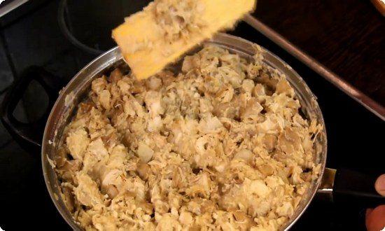 Готовую начинку солим и перчим