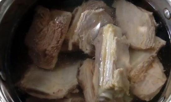 В процеженный бульон складываем мясо