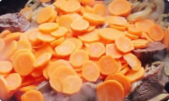 Смешиваем нарезанную кружочками морковь