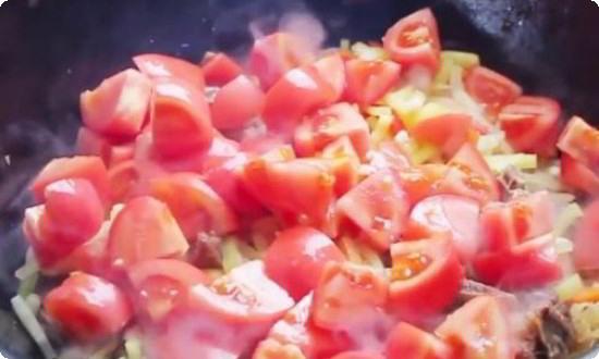 добавляем перец соломкой, помидоры