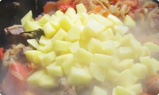 добавляем картофель, нарезанный кубиками