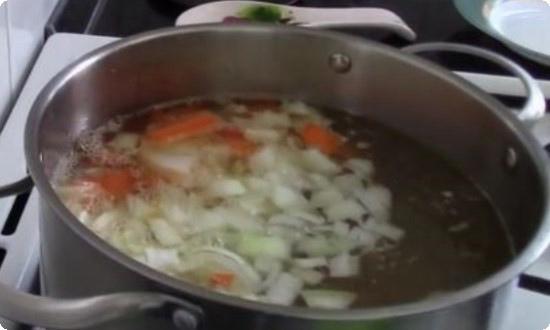 добавляем нарезанный лук, морковь