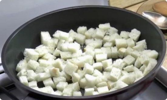 Сухарики обжариваем на сковороде