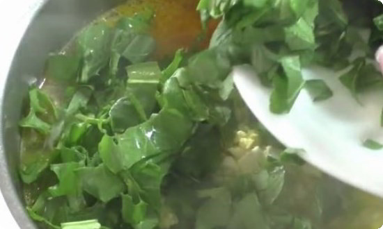 Щавель, зелень промываем, нарезаем, добавляем в суп