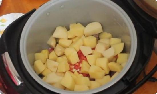 нарезаем картофель крупным кубиком