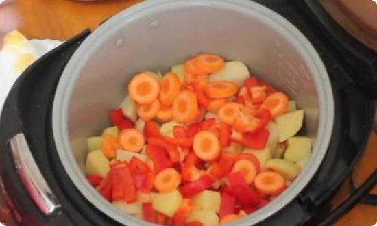 нарезаем морковь кружочками шириной 0,5 см, перец шашечками