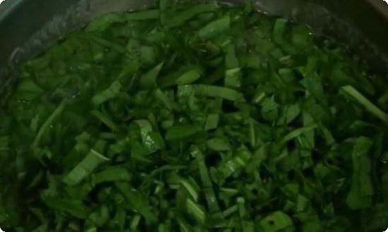 Нарезаем зелень, щавель, добавляем в бульон