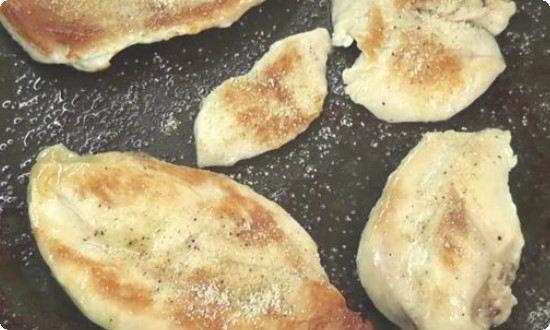 Куриное филе обжариваем с двух сторон на масле