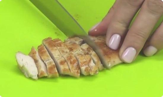 Курицу нарезаем ломтиком
