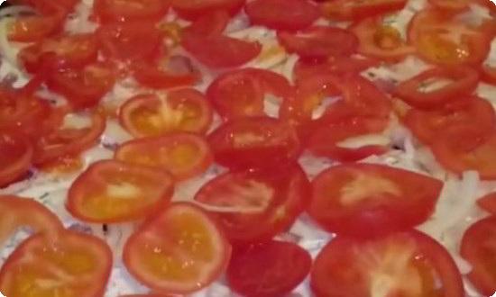 сверху нарезанные помидоры