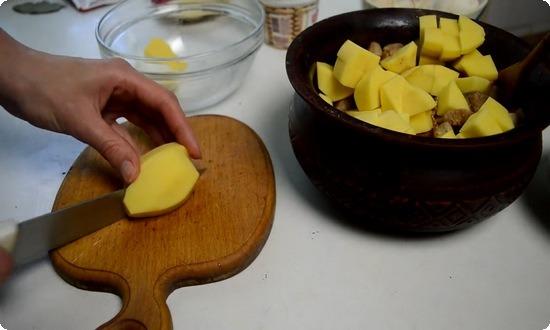 Рубим оставшийся картофель, укладываем в горшочек до верху