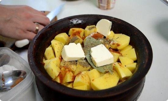 На картофель выкладываем оставшееся масло, специи