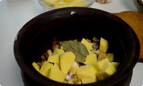 Рубим еще пару картофелин, укладываем поверх грибов в горшочек