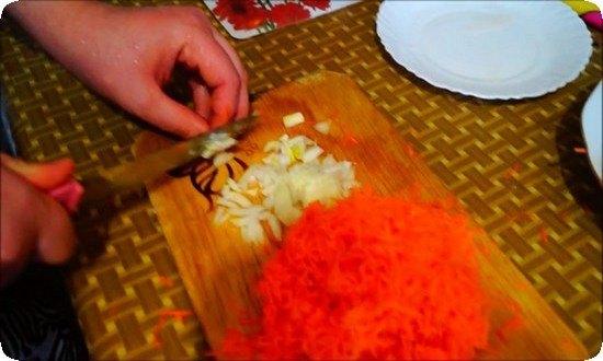 лук нарежем кубиками, морковку натрем на терке