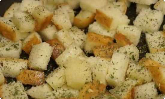 Режем багет на кубики, обжариваем на масле с итальянскими травами
