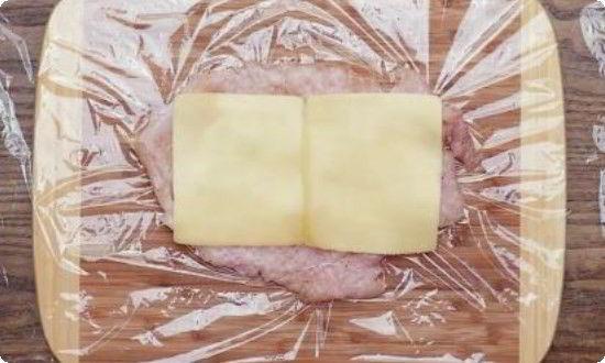 сверху филе кладём сыр