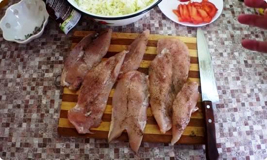 филе курицы солим, перчим