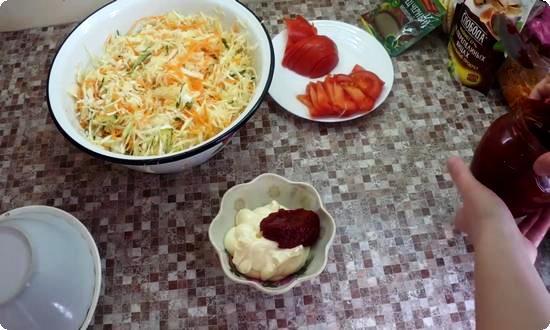 смешаем майонез с томатной пастой