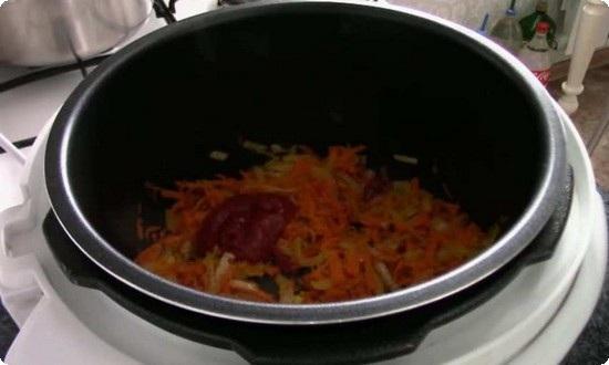 добавляем одну столовую ложку томатной пасты