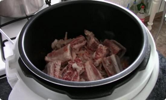 Нарезанное мясо добавляем к зажарке