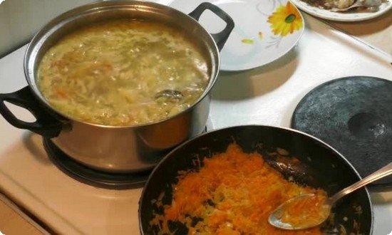 Морковь, лук жарим на сковороде