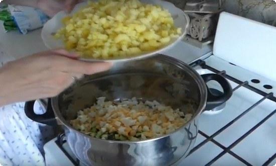 смешиваем ингредиенты в одной посуде