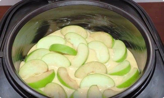 отправляем яблоки в мультиварку, заливаем тестом