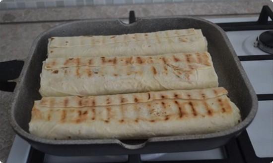 шаурму обжариваем на сухой сковороде-гриль